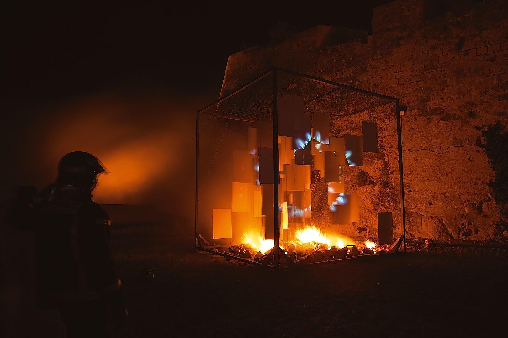 Eclissi, hierro, aglomerado melaminado, cuerda, piedras, proyección video, fuego cm. 500 x 500 x 500 -2006-